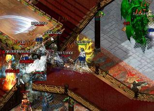 玩家如何躲避赤月恶魔满屏攻击